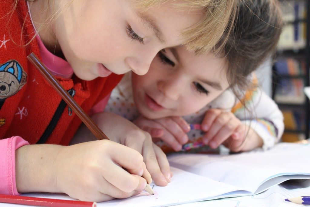 bambine-disegnano-scuola